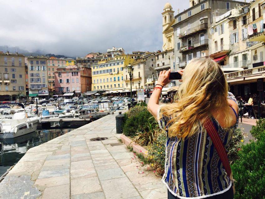 Un petit port qui pourrait ressembler à Saint-tropez mais en Corse
