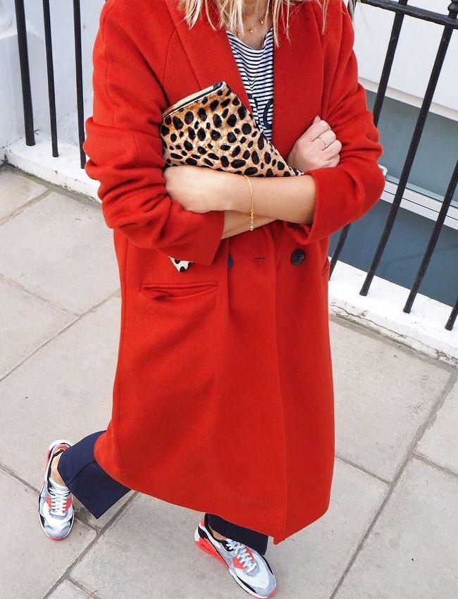 Un manteau rouge une écharpe rouge du rouge à lèvres rouge