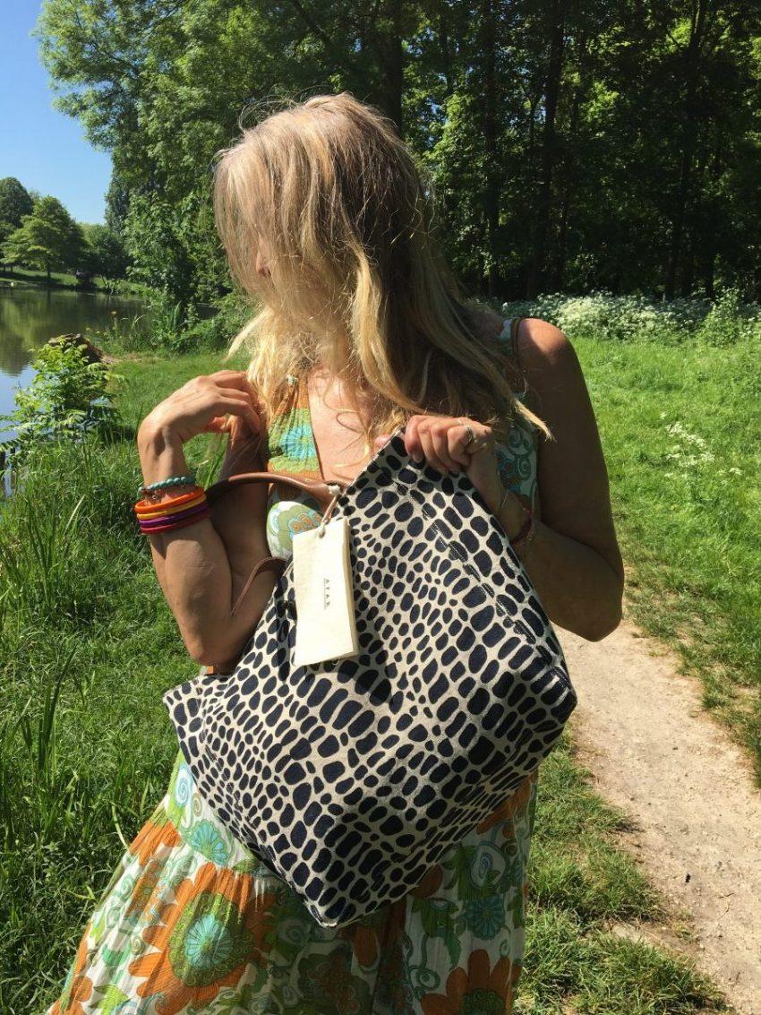 Un sac fabriqué dans l'éthique d'aider les autres j'aime